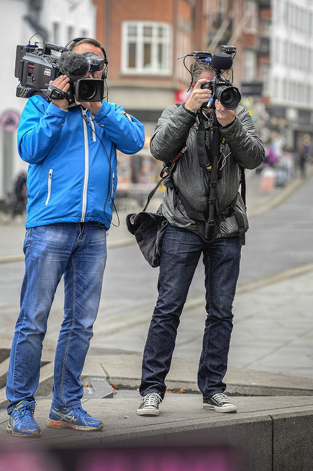 På tv optagelser i Aalborg centrum. Til venstre er det Michael Kragman fra TV2 Nord med et traditionel tv kamera og mig selv med Nikon D4. © Foto: Michael Koch