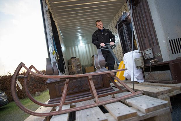 Nordjyllands Historiske Museum erpå en redningsaktion og flytter opmagasinerede museumsgenstand fra et forfaldent lager. ©Foto: Henrik Bo