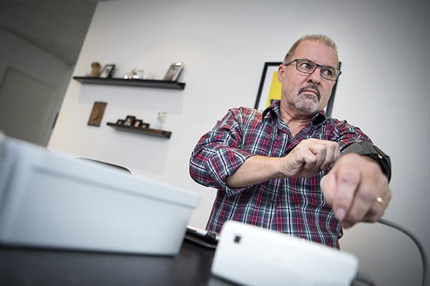 61 årige Jan Vester von Arentsdorff deltager i et projekt hvor patienter med KOL bliver behandlet med telemedicin og han kan selv hjemme overvåge sit helbred med elektronisk udstyr. ©Foto: Henrik Bo