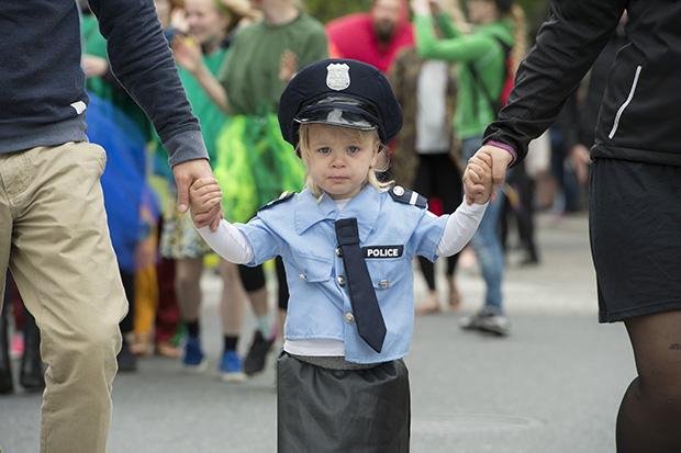 Børnekarneval i Aalborg. Selv om at man er en sej politipige så er det nu rart med mor og fars trykke hænder. ©Foto: Henrik Bo
